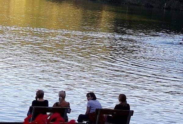 Csendes délután és vezetőségi megbeszélés a bánki tó hullámain ringatózó stégen.